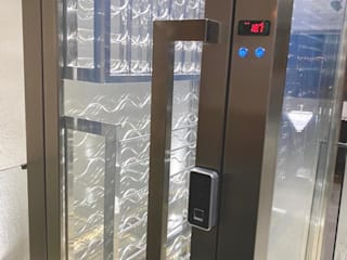 Gibeli Refrigeração Bodegas de estilo moderno Hierro/Acero Metálico/Plateado