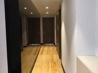 EA ARCHITECTURE & FURNITURE Minimalist corridor, hallway & stairs Glass Black