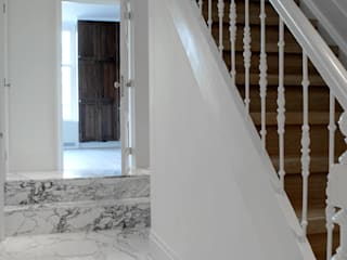 Classic style corridor, hallway and stairs by Studio Groen+Schild Classic