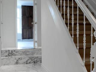 Pasillos, vestíbulos y escaleras clásicas de Studio Groen+Schild Clásico