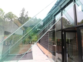 USE A GLASS PORCH TO MAKE A STATEMENT ENTRANCE Minimalist Evler Ion Glass Minimalist