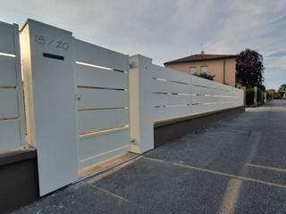 Recinzione, cancello pedonale e battente Giardino moderno di SteelMod Moderno