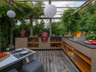 Freiluftküche | the real outdoorkitchen Balcones, porches y terrazasMobiliario
