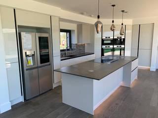 Modern Kitchen - Silver Lake Holiday Home - Dorchester Modern kitchen by Meridien Interiors Ltd Modern