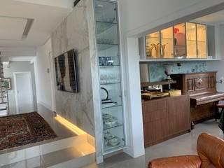 Residência com Vista pro Parque Barigui por NEUSA MORO Moderno