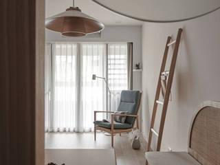 Livings de estilo asiáticos de 寓子設計 Asiático