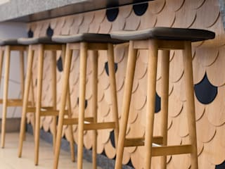 Restaurante Sandomania - Quarteira Angelourenzzo - Interior Design Espaços de restauração mediterrânicos Granito Acabamento em madeira