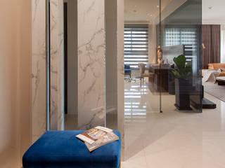 Pasillos, vestíbulos y escaleras modernos de 雅群空間設計 Moderno
