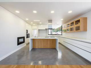Construção de habitação uni-familiar em Belas Cozinhas modernas por land2build Moderno