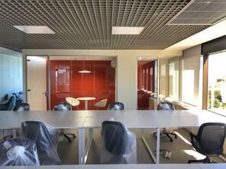Construção de escritório em Lisboa por land2build Moderno