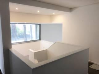 Construção de moradia na Aroeira Corredores, halls e escadas modernos por land2build Moderno