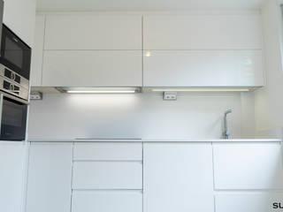 Cocina pequeña blanca en forma de L de Suarco Moderno