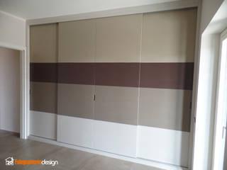 Armadio a muro con diverse tinte Camera da letto moderna di Falegnamerie Design Moderno