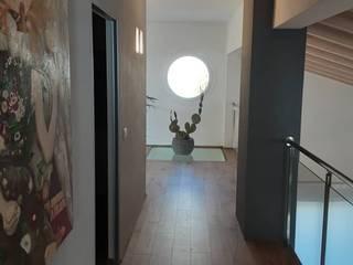 Villa con soppalco StudioA di Annalisa Mapelli Ingresso, Corridoio & Scale in stile moderno
