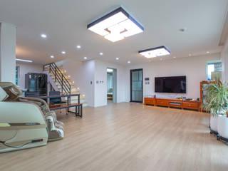 미니멀 라이프를 즐기는 부부의 단층 전원주택 모던스타일 거실 by 한글주택(주) 모던