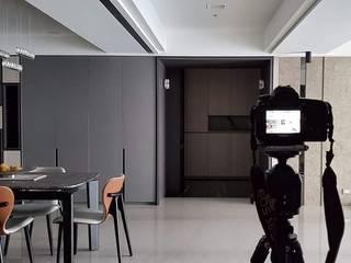 座落位置:台中正7期 现代客厅設計點子、靈感 & 圖片 根據 品茉空間設計(夏川設計) 現代風