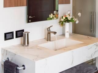 Montevideo Kuperdesign Baños modernos Derivados de madera Blanco