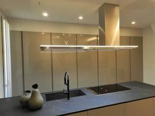Una casa per una famiglia StudioA di Annalisa Mapelli Cucina moderna