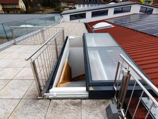 Flachdachausstieg Klassischer Balkon, Veranda & Terrasse von Steinkogler - Stiegen,Geländer,Vollholzhäuser Klassisch
