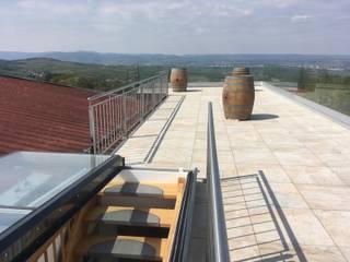 Flachdachausstieg Moderner Balkon, Veranda & Terrasse von Steinkogler - Stiegen,Geländer,Vollholzhäuser Modern