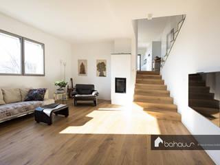 VILLA BS Bahaus srl Ingresso, Corridoio & Scale in stile moderno Legno Marrone