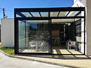 Esplanada Coberta Jardins de Inverno modernos por ALUMIFARIA Moderno