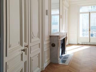 Division d'un grand appartement / Rénovation totale 270m² - Paris 8 Salon classique par A comme Archi Classique
