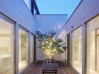 株式会社 片岡英和建築研究室 Balcones y terrazas de estilo moderno Madera Blanco