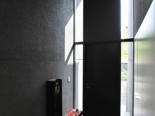 株式会社 片岡英和建築研究室 Pasillos, vestíbulos y escaleras de estilo moderno Piedra Gris