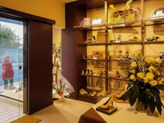 Acondicionamiento Integral de Local para Zapatería & Complementos. Melide (A Coruña) Quorum, Arquitectura de Interiores & Comunicación Oficinas y tiendas de estilo clásico Tablero DM Marrón