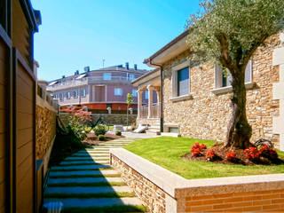 Acondicionamiento Integral de Vivienda Unifamiliar con Finca. Melide (A Coruña) Quorum, Arquitectura de Interiores & Comunicación Casas unifamilares Piedra Marrón