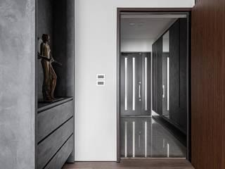 Pasillos, vestíbulos y escaleras modernos de 存果空間設計有限公司 Moderno