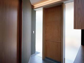 Modern corridor, hallway & stairs by 西島正樹/プライム一級建築士事務所 Modern