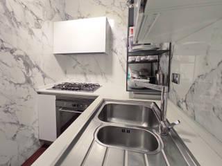 Giochi di riflessi in una piccola cucina di Teresa Romeo Architetto Moderno