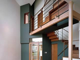 Salas de estar modernas por 西島正樹/プライム一級建築士事務所 Moderno