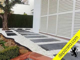 Caminos y sendas de pizarra negra y cantos blancos. depizarra.com Balcones y terrazas de estilo moderno Pizarra Negro