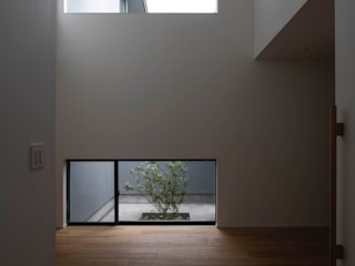 内田雄介設計室 Scandinavian style corridor, hallway& stairs Wood White