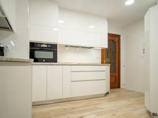 Cocina blanca en L con forma irregular Cocinas de estilo moderno de Suarco Moderno