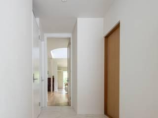 千種の家 藤吉建築設計事務所 モダンスタイルの 玄関&廊下&階段 タイル 白色