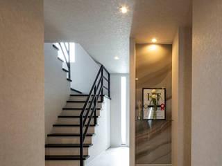 ネイルサロンを併設した家 藤吉建築設計事務所 モダンスタイルの 玄関&廊下&階段 タイル 白色