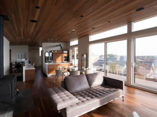 高台の家 藤吉建築設計事務所 モダンデザインの リビング 無垢材 ブラウン
