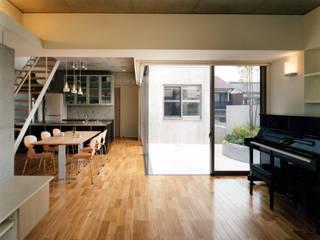 中庭のあるコンクリートの家 藤吉建築設計事務所 モダンデザインの リビング 無垢材 ベージュ