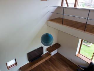 丘の上の家 藤吉建築設計事務所 モダンデザインの リビング 無垢材 ブラウン
