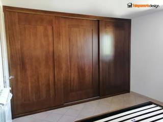 Armadio a muro in noce Camera da letto in stile classico di Falegnamerie Design Classico