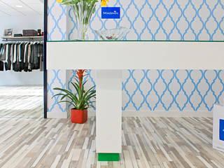 Renovación & Reforma de Local para Showroom de Mujer. Melide (A Coruña) Quorum, Arquitectura de Interiores & Comunicación Oficinas y tiendas de estilo colonial Metal Blanco