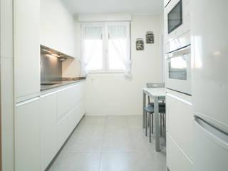 Cocina pequeña moderna blanca en línea recta de Suarco Moderno