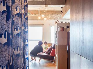 Коридор, прихожая и лестница в модерн стиле от 株式会社ブルースタジオ Модерн