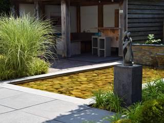 Strakke tuin met waterpartij Moderne tuinen van Dutch Quality Gardens, Mocking Hoveniers Modern