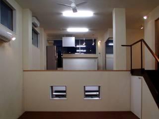 G・ファクトリー ガレージ工場のようなローコスト住宅 インダストリアルデザインの リビング の 石井淳アトリエ インダストリアル