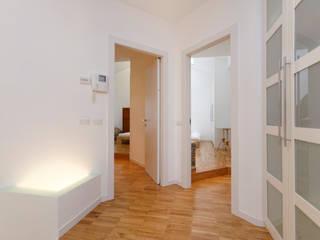ROBERTA DANISI architetto Pasillos, vestíbulos y escaleras modernos Madera Blanco